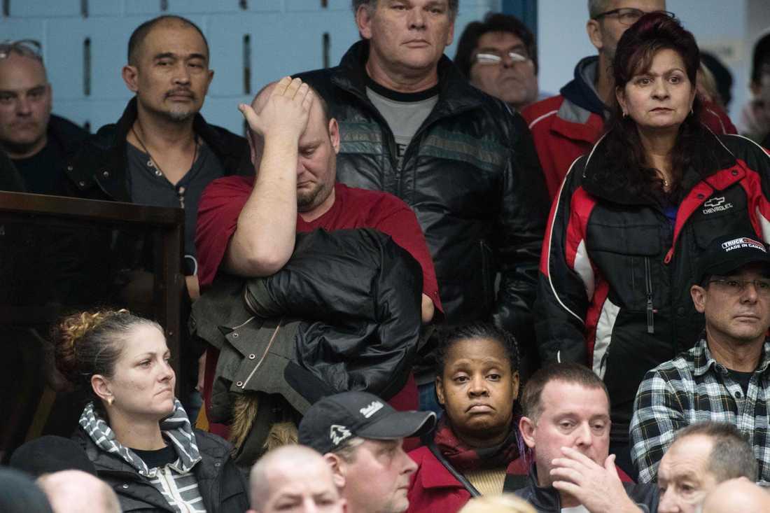 En av de anställda vid GM:s fabrik i Oshawa i Kanada reagerar på nedläggningsbeskedet.