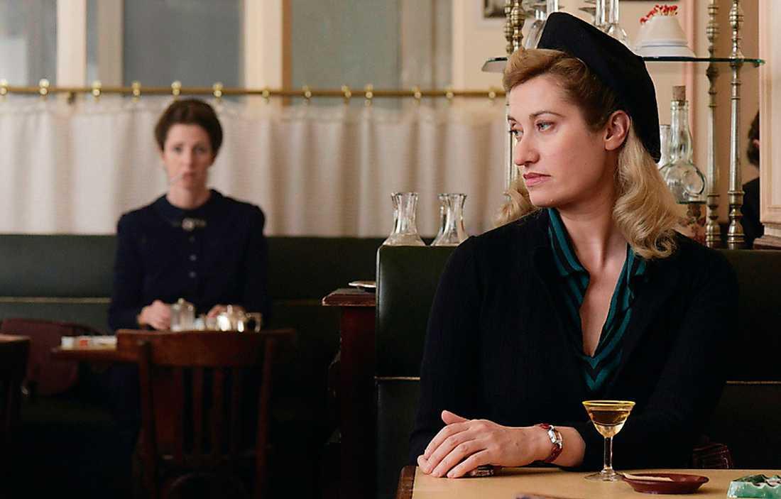 """Emmanuelle Devos som Violette Leduc och Sandrine Kiberlain som Simone de Beauvoir (i bakgrunden) i """"Violette"""". Foto: Folkets bio"""