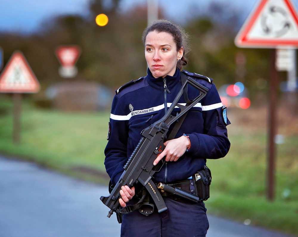 Fransk polis berättar senare att man velat minska pådraget för att inte stressa de båda gisslantagarna.