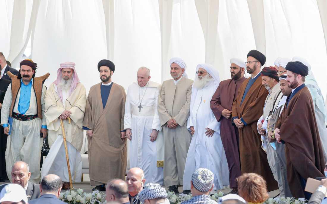 Påve Franciskus i Ur, omgiven av företrädare för Iraks olika religioner.
