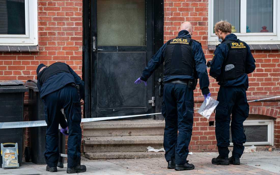 Polisens kriminaltekniker på plats utanför ett flerfamiljshus i Landskrona efter en detonation tidigt på torsdagsmorgonen.