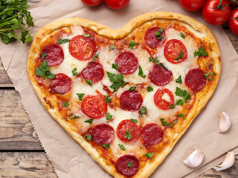 Forma pizzan som ett hjärta och bjud på både kärlek och mat.