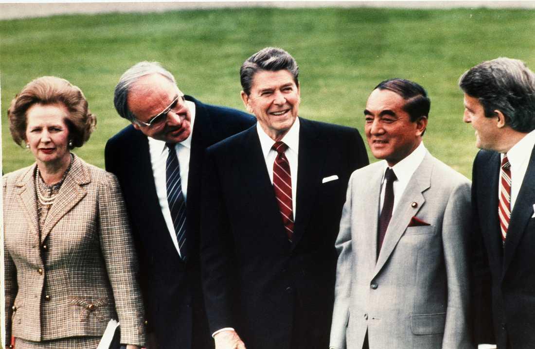 Storbritanniens premiärminister Margaret Thatcher, Västtysklands förbundskansler Helmut Kohl, USA:s president Ronald Reagan, Yasuhiro Nakasone och Kanadas premiärminister Brian Mulroney vid ett toppmöte i Bonn 1985. Efter Nakasones död är Mulroney den ende kvar i livet.