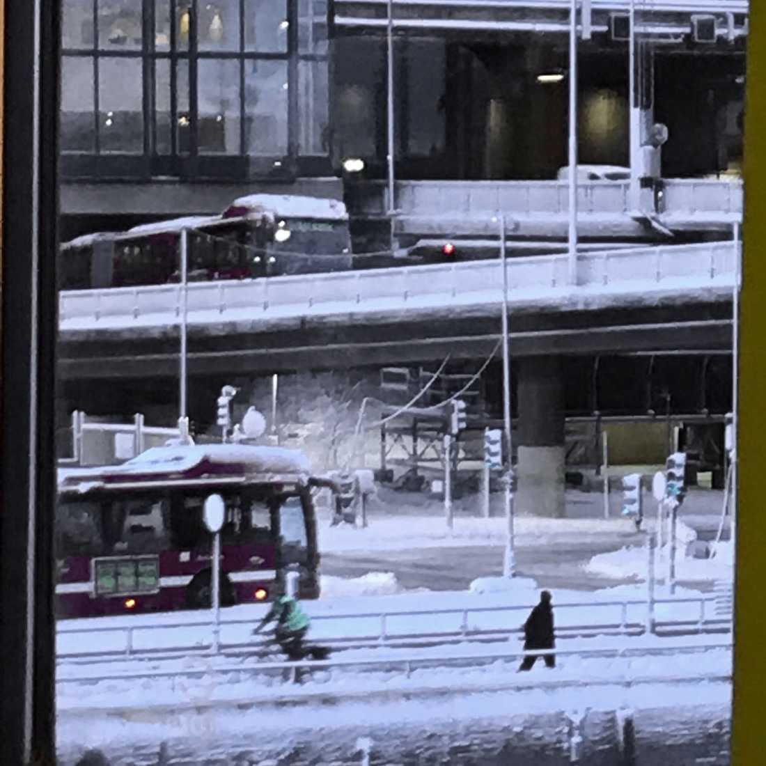 Under morgonen skapade en  buss kaos efter att den fastnade i halkan på påfarten till Centralbron i centrala Stockholm.