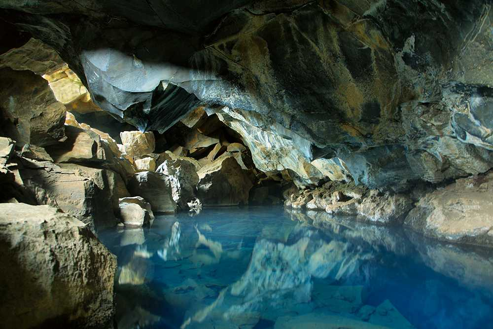 Lavagrottan Grjótagjá har figurerat i Game of Thrones. Det sätter sina spår i turistnäringen.