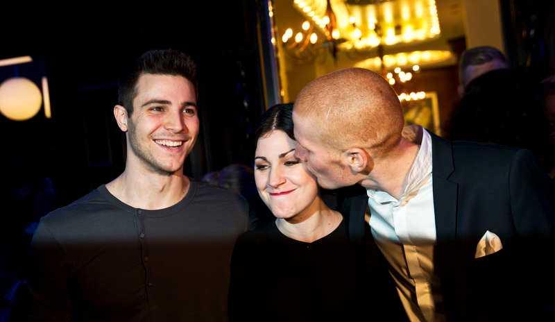 """PUSSKALAS - EFTER SÄNDNINGNour El Refai med sina bröder Remi och Daniel. När hon såg dem i publiken under direktsändningen kom hon av sig. """"Vad som gjorde mig extra nervös var att jag böjde mig ner och såg rakt in i min brors ögon"""", säger Nour.Foto"""