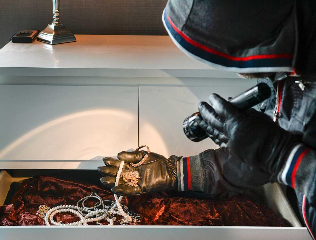 Smycken, mobiltelefoner, kontanter, ett dragspel och en bil har försvunnit från dödsbon i Uppsala.