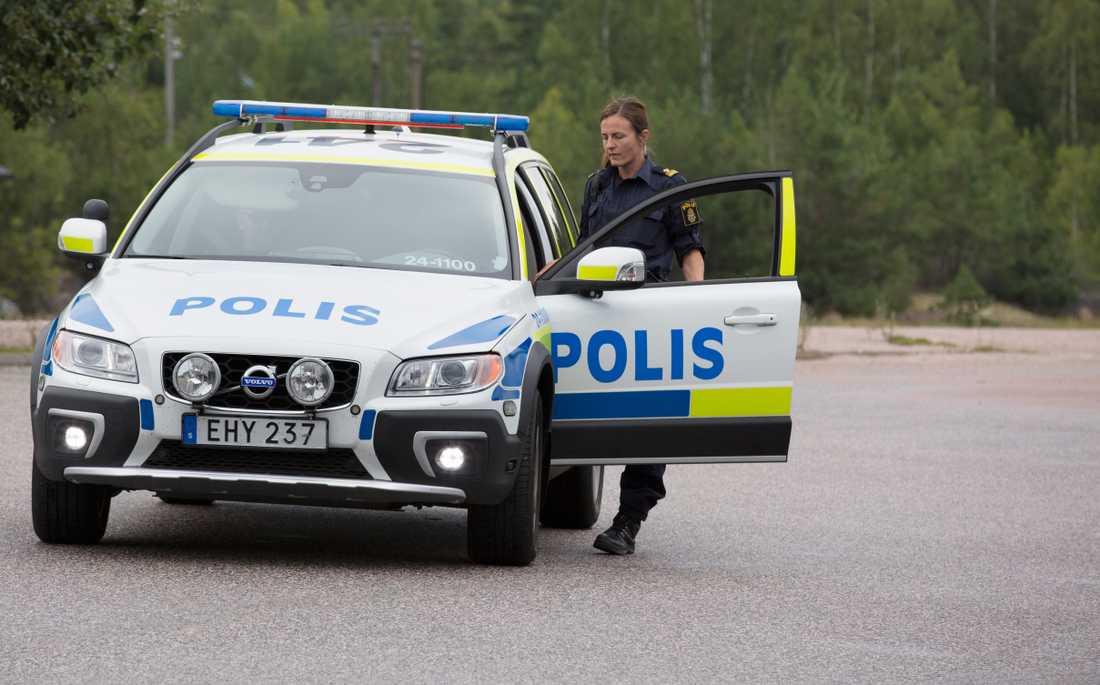 Polis utanför asylboendet.