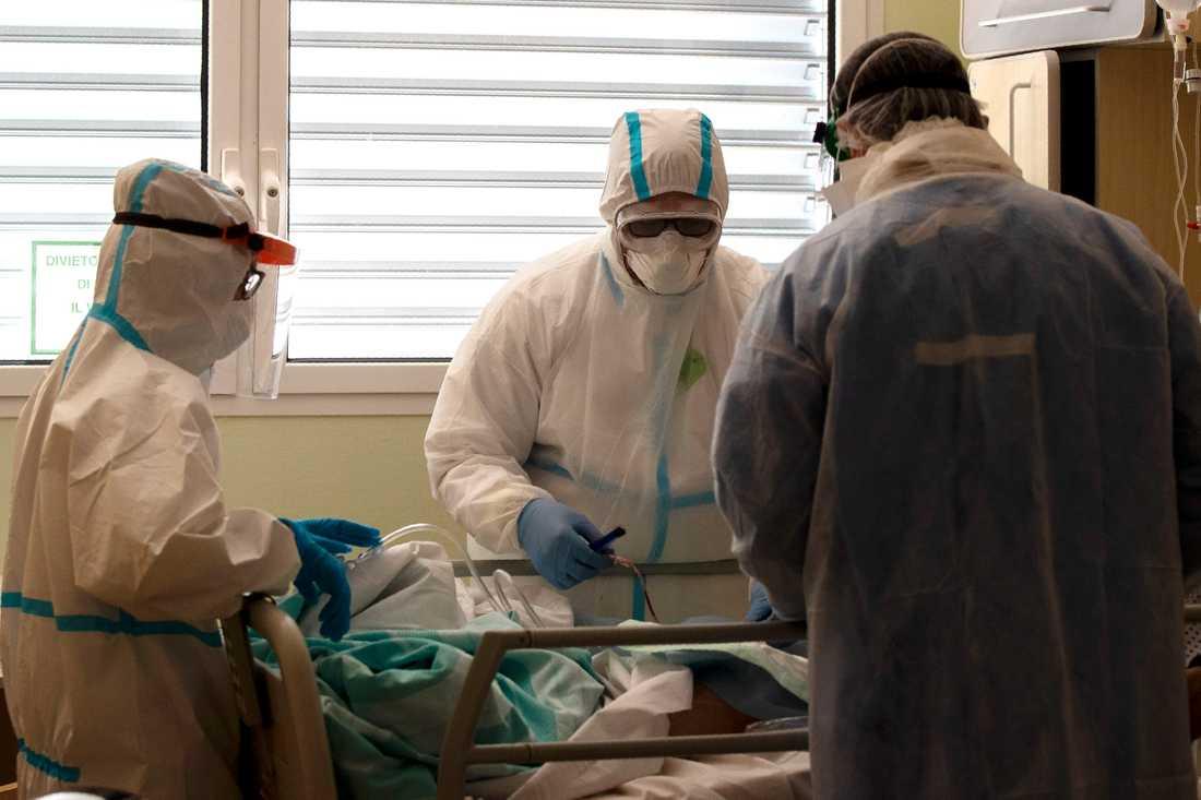 Läkare vårdar en coronaviruspatient på ett sjukhus i Varese, Italien.