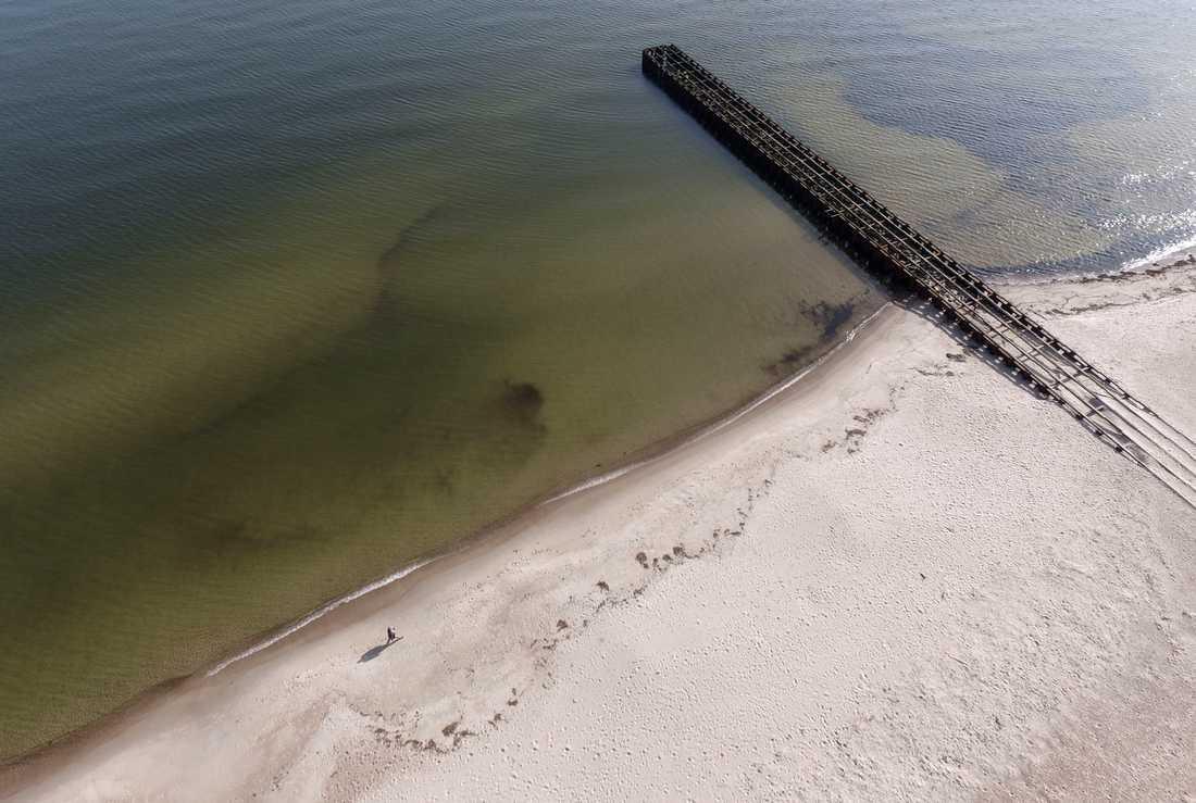 Ystad 2018: Stranden vid Ystad Saltsjöbad har kommunen i Ystad sandfodrat vid två tillfällen. Längs den skånska kusten är problemen med krympande stränder redan påtagliga, kanske allra mest i Ystad, där man har slitit med frågan i flera decennier. Arkivbild.