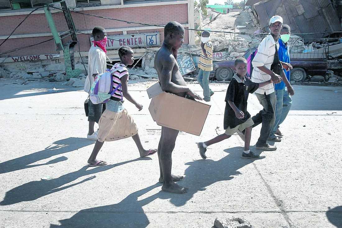 HJÄLPEN DRÖJER Haiti behöver mat, vatten, mediciner och material för att bygga upp landet igen. Men insatserna från utlandet dröjer.
