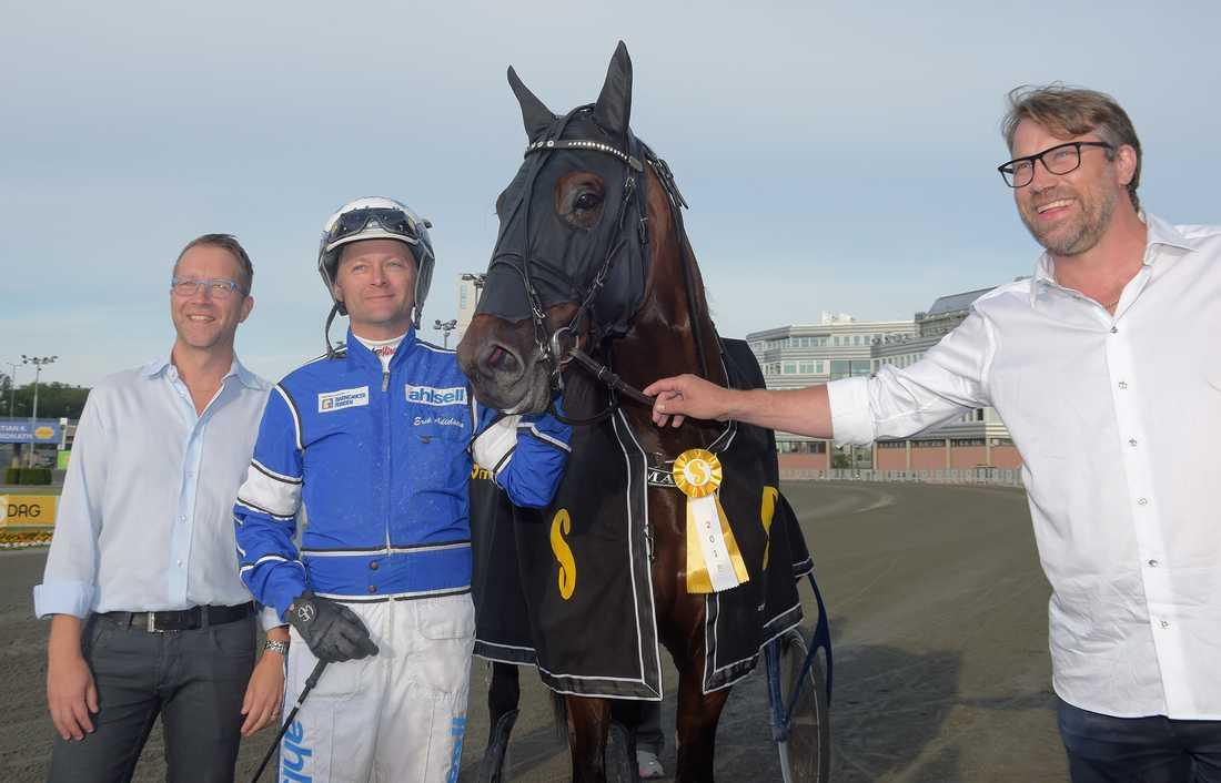Peter Forsberg tillsammans med Diamanten, Erik Adielsson och Solvallas sportchef Anders Malmrot.