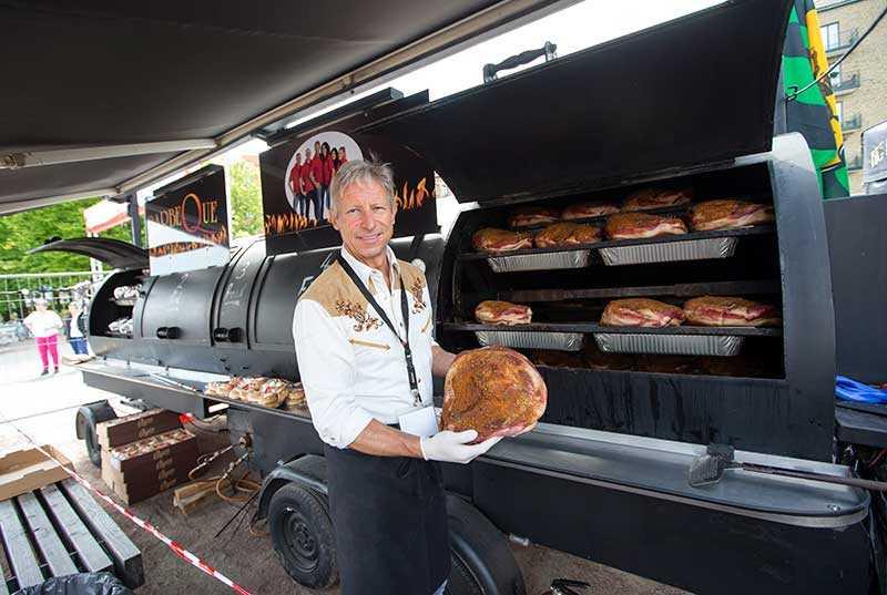 """Monstergrillen Schweizaren Rolf Zublers grill """"Big Boys Barbeque"""" är åtta meter lång och sväljer ett ton kött. """"Europas största rotisseriesmoker"""", förklarar han."""