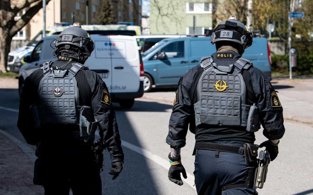 Under polisens Operation norrsken i Malmö har uppemot 250 poliser deltagit. Här ses polisens förstärkta regionala insatsstyrka i arbete vid ett flerfamiljshus i Augustenborg i Malmö då operationen inleddes i tisdags.