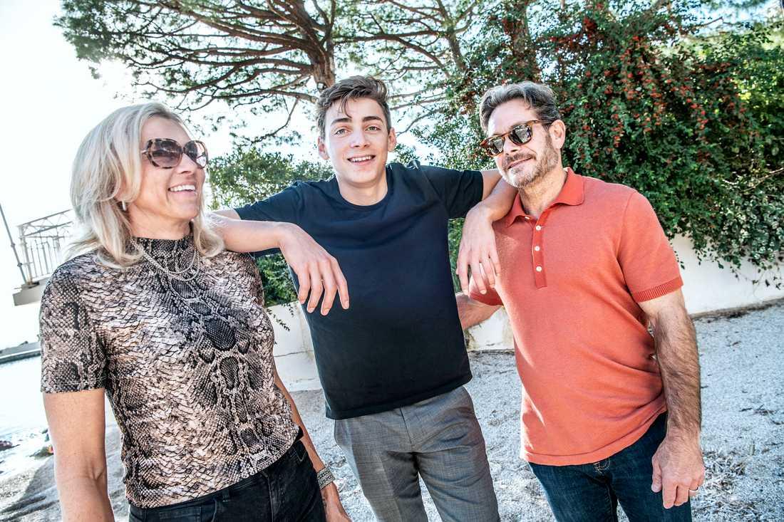 Armand med mamma Helena och pappa Greg.
