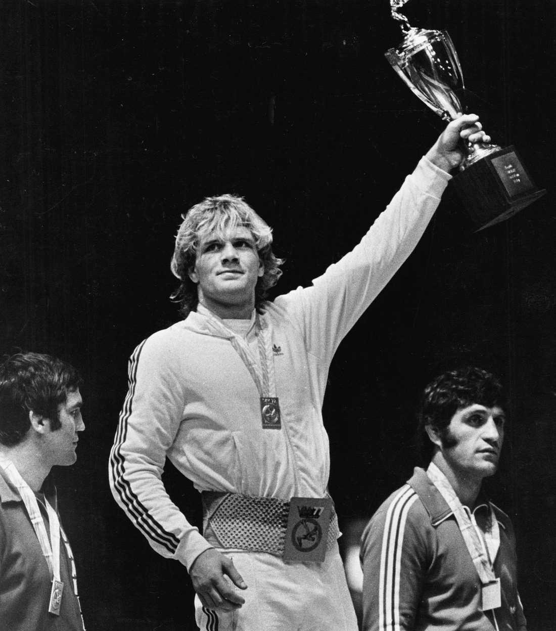 Frank Andersson firar guldet genom att hålla upp bucklan från VM 1977.