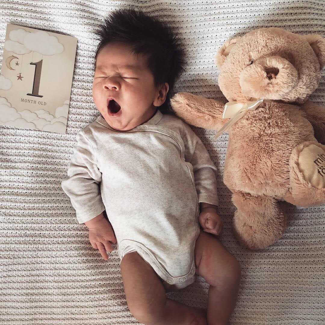 """Victoria Wu från Stockholm har skickat in bilder på sin son Atlas, en månad gammal: """"Precis som Bills föräldrar får vi alltid höra kommentarer om vilken kalufs han har. Till och med främlingar på stan stannar upp och kommenterar. Sen frågar folk alltid om vi fixat hans hår då det står rakt upp men det har det gjort sedan första badet efter förlossningen. Fortsätter det i denna takt så lär det gå åt mycket hårvax när han blir äldre!""""."""