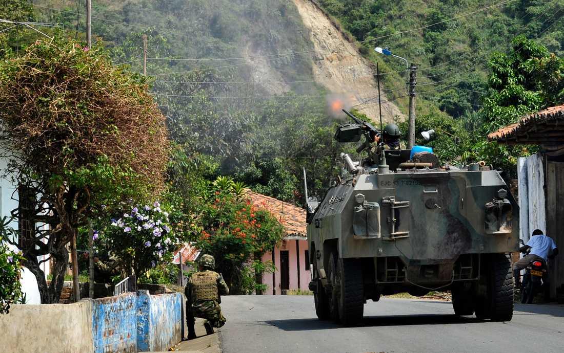 Colombiansk militär patrullerar gator. Arkivbild.