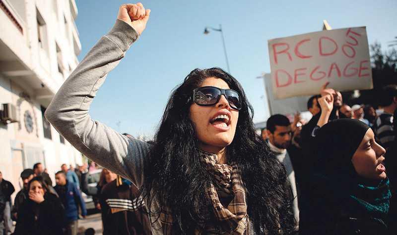 kampens systrar Systemkritiska advokater, revolterande ungdomar, fackrörelsen UGTT, nätet och feminister formar demokratirörelsens bas.
