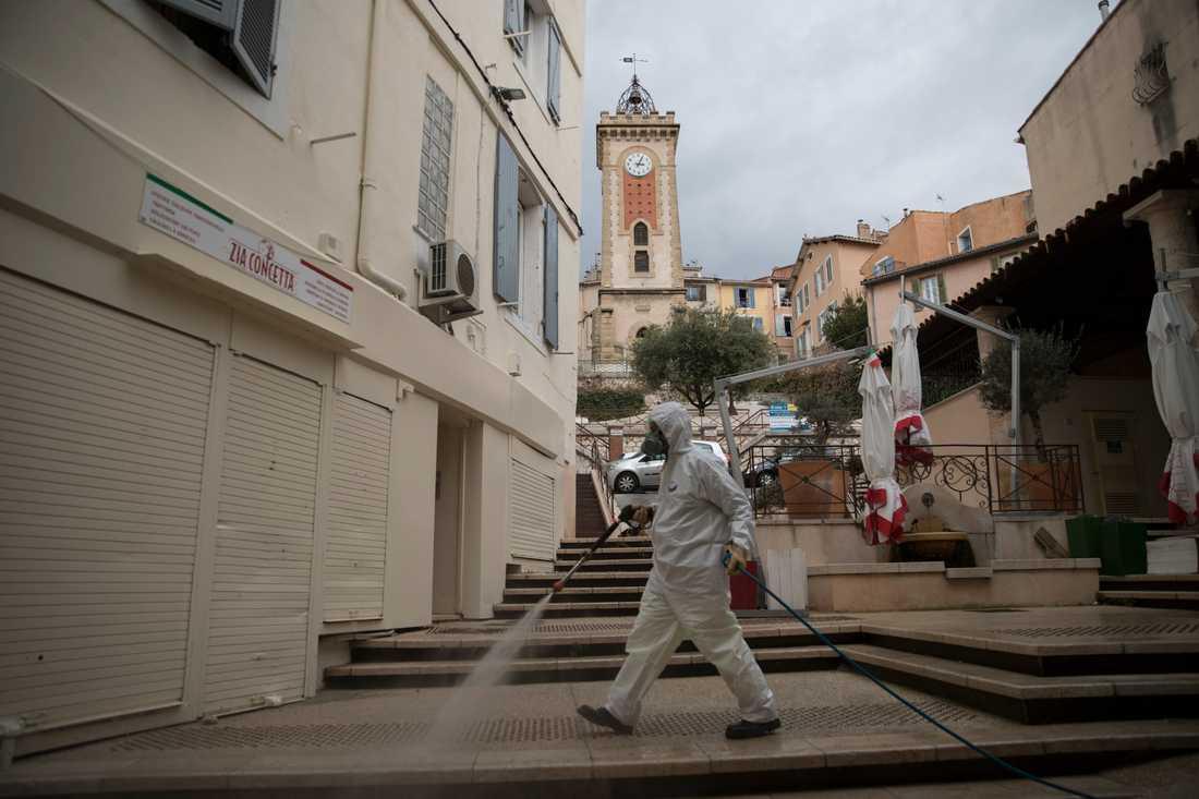 Antalet människor som dör i Frankrike efter att ha insjuknat i covid-19 har fortsatt stiga de senaste dagarna. Här sprutas desinfektionsmedel på en gata i sydfranska Aubagne på tisdagen.