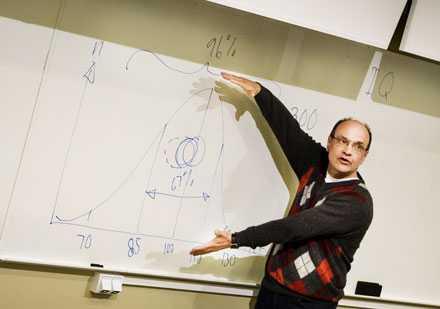 Intelligenskurva. Erik Aludden var tidigare ordförande för Mensa Sverige. Här visar han en normalfördelningskurva över intelligens. Två procent är mycket smarta och lika många behöver extra hjälp. De flesta har mellan 85 och 115 i IQ.