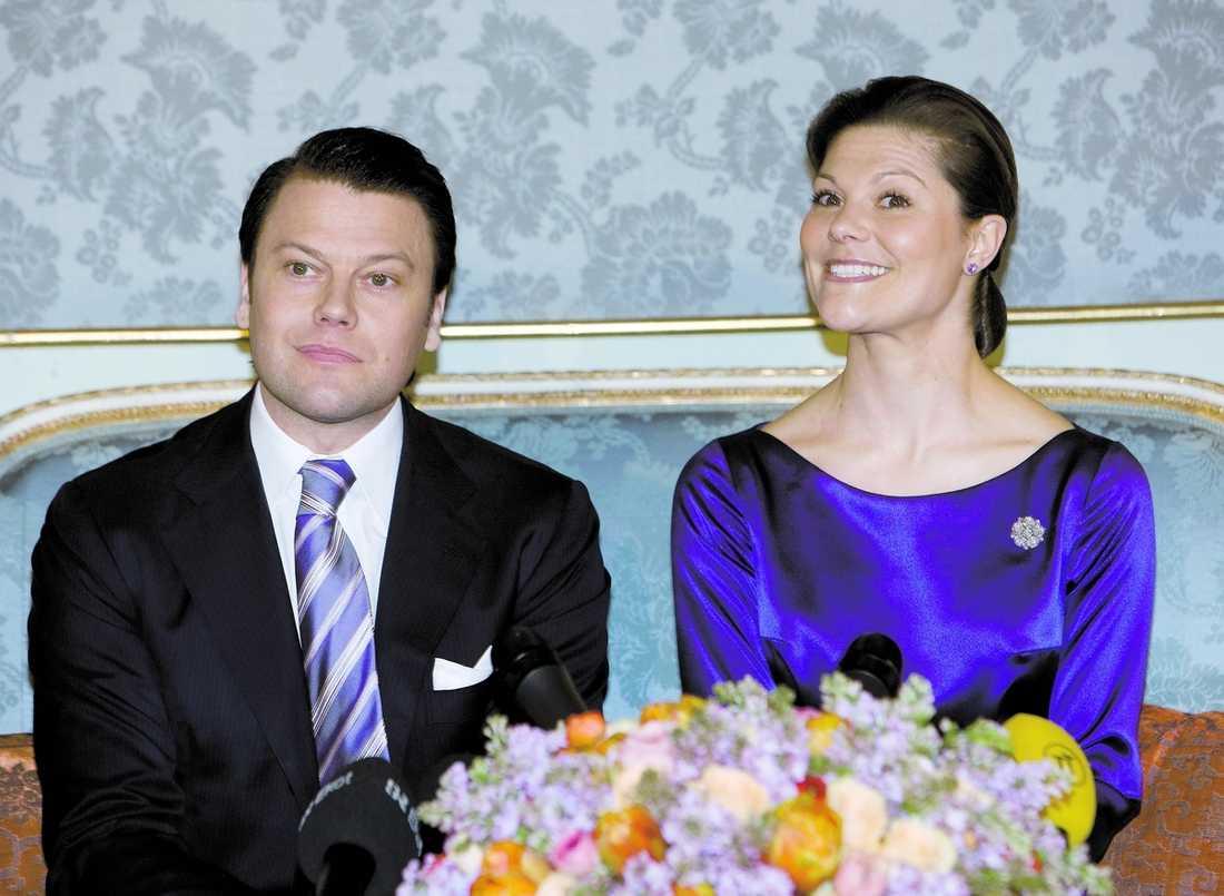 Strålande glad Victoria För exakt ett år sedan meddelade paret att de skulle förlova sig.