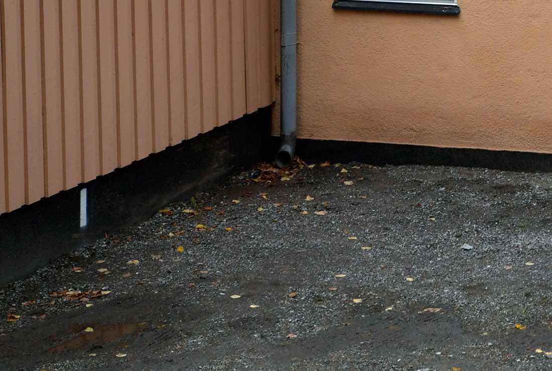 En flicka har blivit våldtagen av en okänd gärningsman i närheten av ett flerfamiljshus i Stockholm.