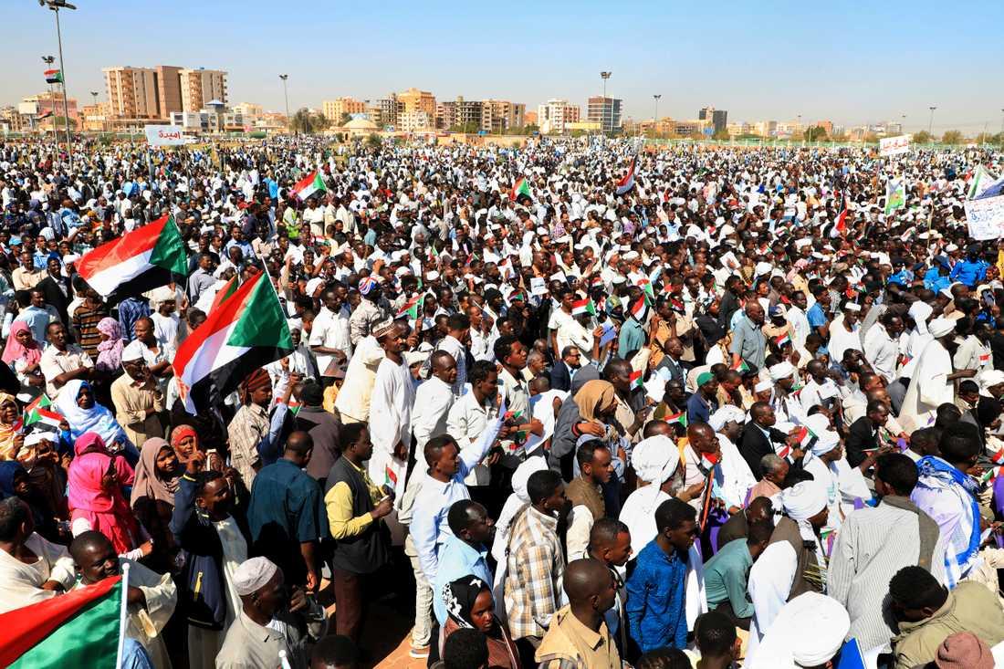 Supportrar till president al-Bashir vid en demonstration i Khartoum i januari. Arkivbild.
