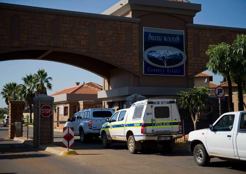 Polisbilar utanför Pistorius bostadsområde.