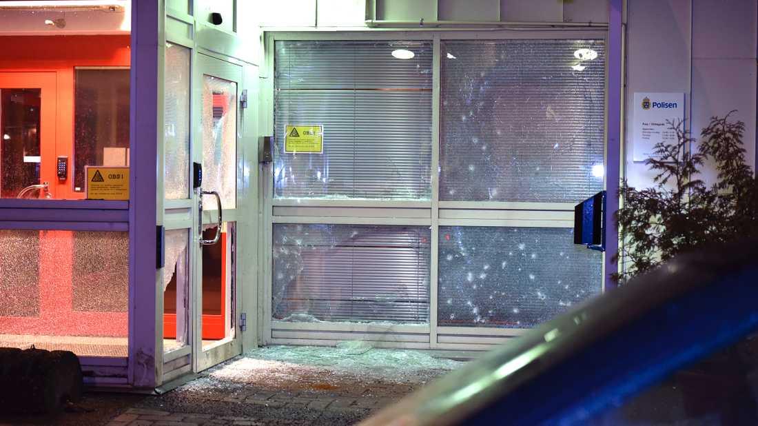 En handgranat kastades mot polishuset i Katrineholm på tolvslaget under nyårsnatten mot 2017
