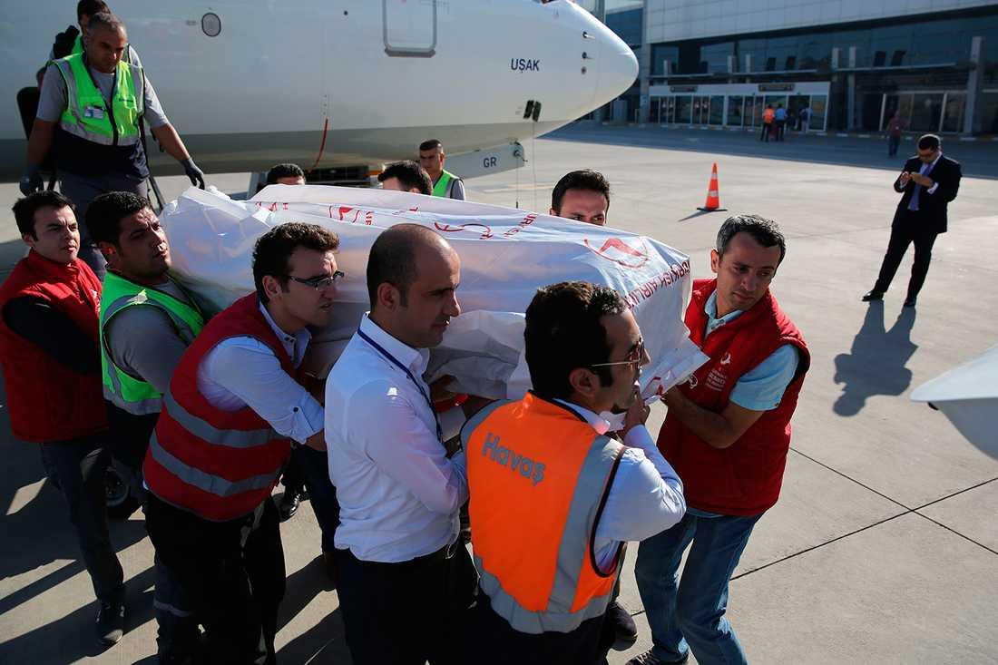Kistorna från Alan, hans bror Galip och eras mamma Zahin flygs mellan Istanbul och staden Sanliufra i sydvästra Turkiet för vidare transport till Kobane.