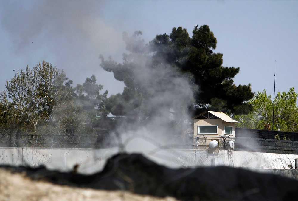 Rök stiger upp från ett torn som tillhör brittiska ambassaden.