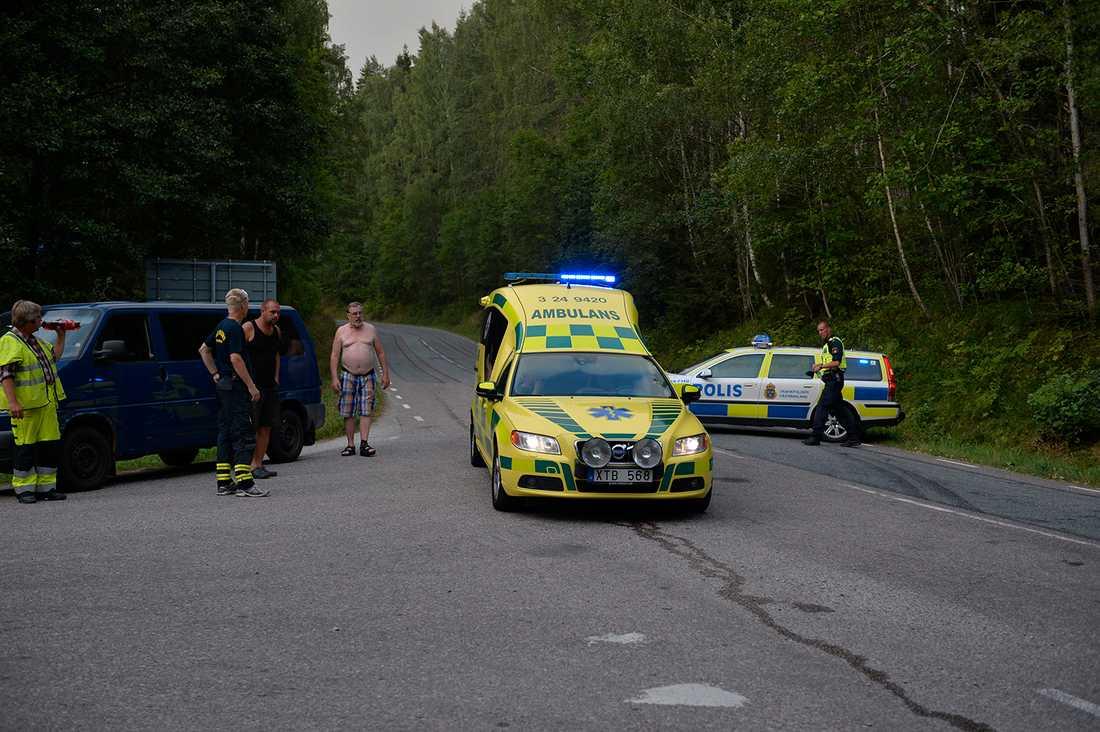 En 42-årig man skadades och blev liggande orörlig på en skogsväg utanför Ängelsberg – mitt bland lågorna. I måndags kväll transporterades han till sjukhus i Västerås.