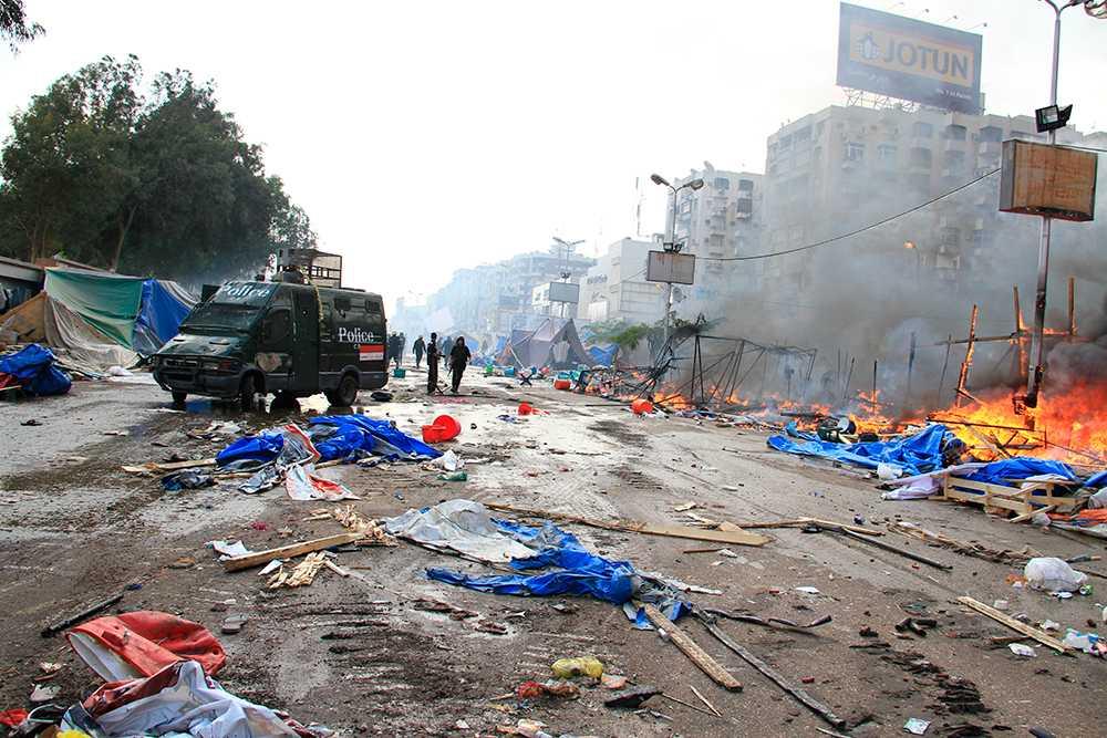 Polis och militär använde sig av bepansrade fordon och bulldozers för att röja undan lägren.