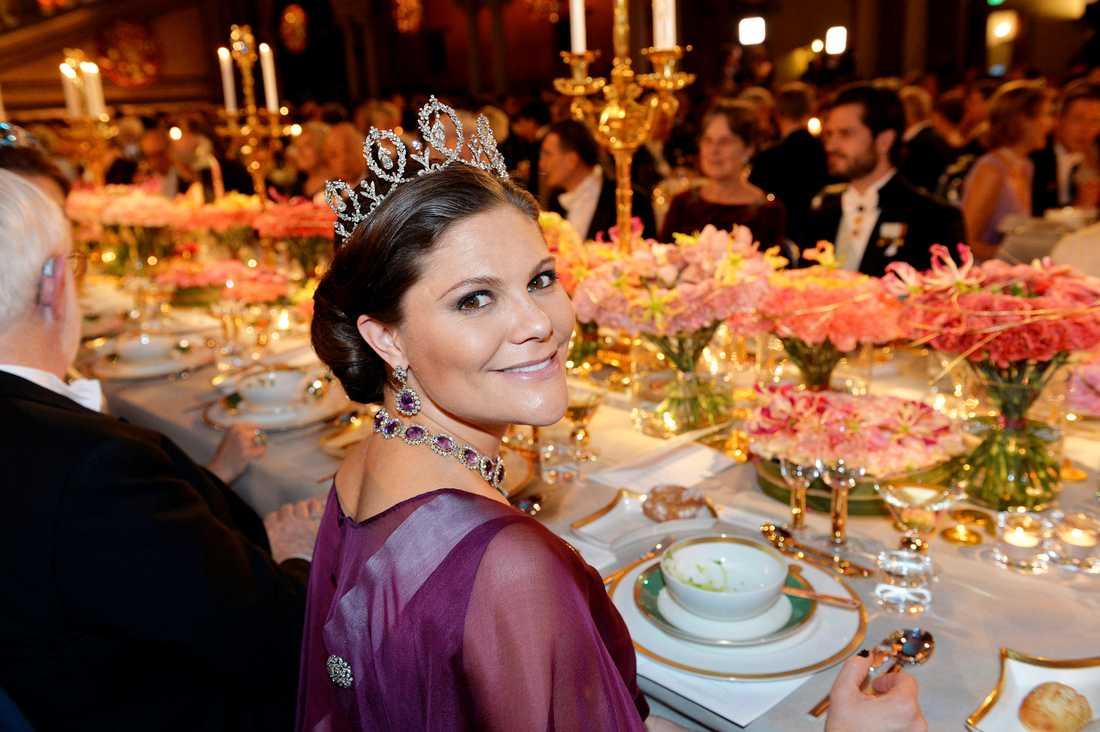 Kronprinsessan Victoria till bords vid Nobelbanketten i Blå hallen på torsdagen.