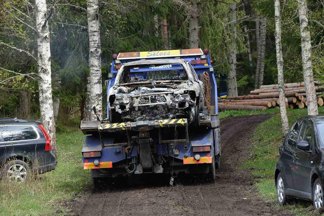 Bilen forslas bort från Gryttby.