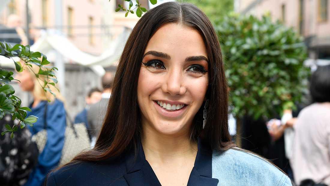 Gina Dirawi är toastmadam på bröllopet.