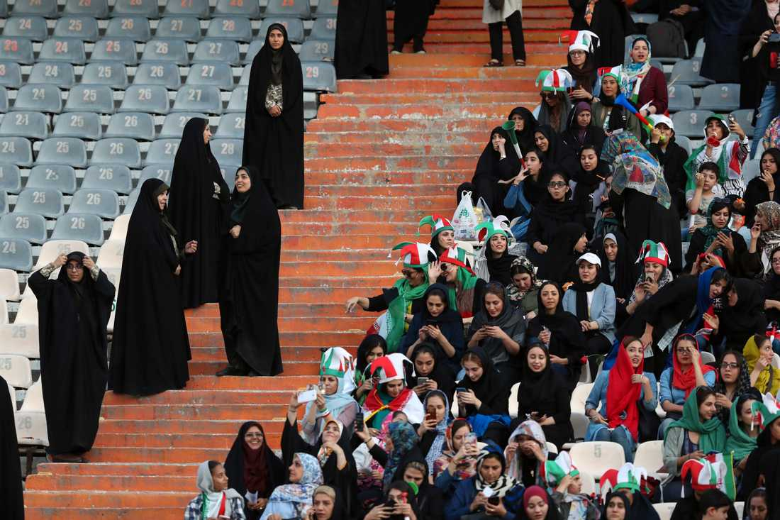 För första gången på nästan 40 år tilläts kvinnor köpa biljetter till en fotbollsmatch i Iran. Men fler än de på förhand bestämda 3500 biljetterna släpptes inte till VM-kvalmatchen mot Kambodja, som Iran vann med 14–0.