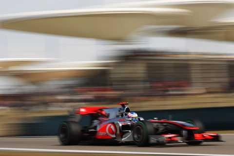 Jenson Button kunde utnyttja ett misstag av Nico Rosberg och ta täten.