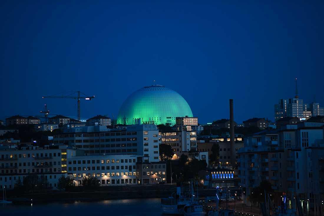 Globen lystes på fredagskvällen upp med grönt ljus i protest mot att USA lämnar klimatavtalet, Stockholm.