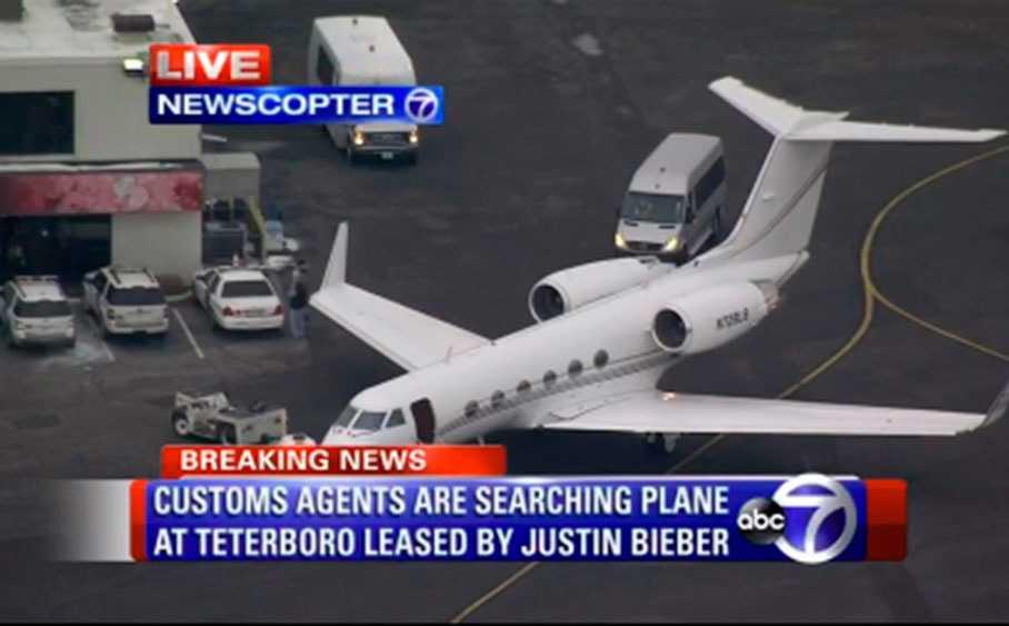 Biebers flygplan genomsöktes av amerikanska tulltjänstemän.