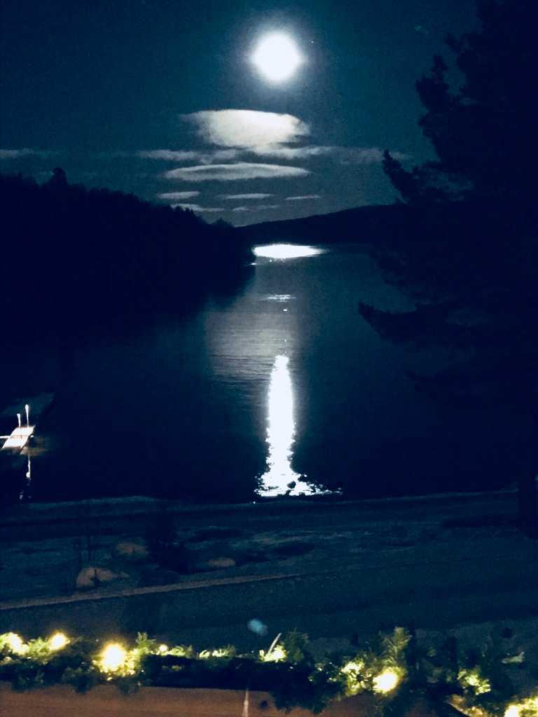 Månen speglar sig i havet, Stråsundsviken Örnsköldsvik.