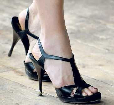 Skorna Victoria hatar obekväma skor och hittar hon ett par som är sköna köper hon dem i flera färger. De här från Yves Saint Laurent har hon i beige, svart och marinblått. De får alltid hänga med på resor utomlands.