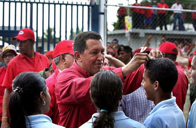 Invigning av en ny skola i Sabaneta. Hugo Chavez fixar till frisyren på en elev.