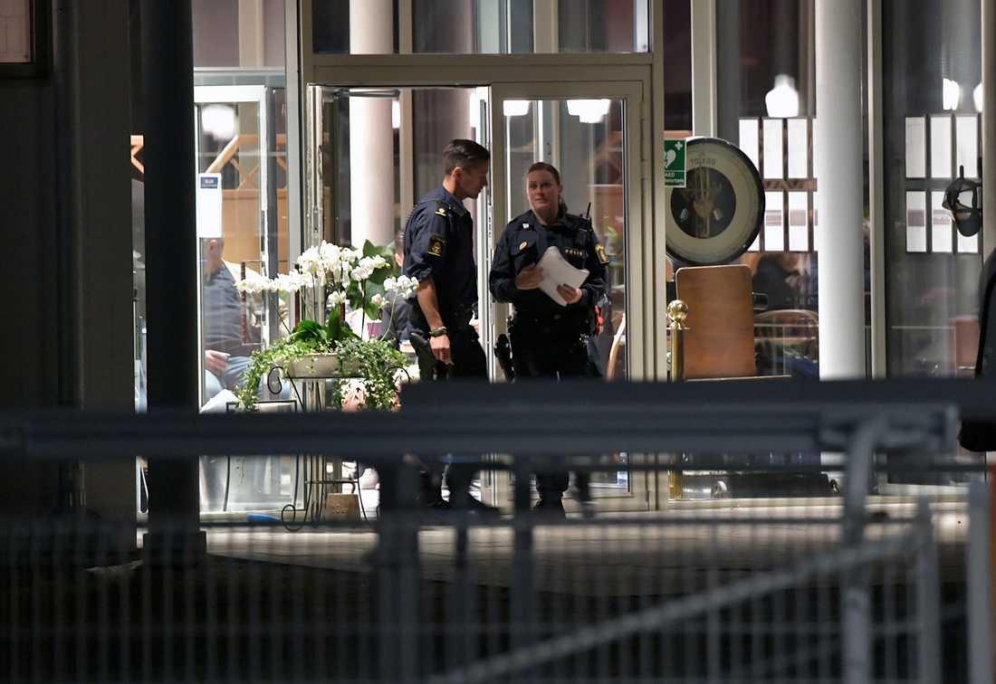 Polisen vid galoppbanan under natten.
