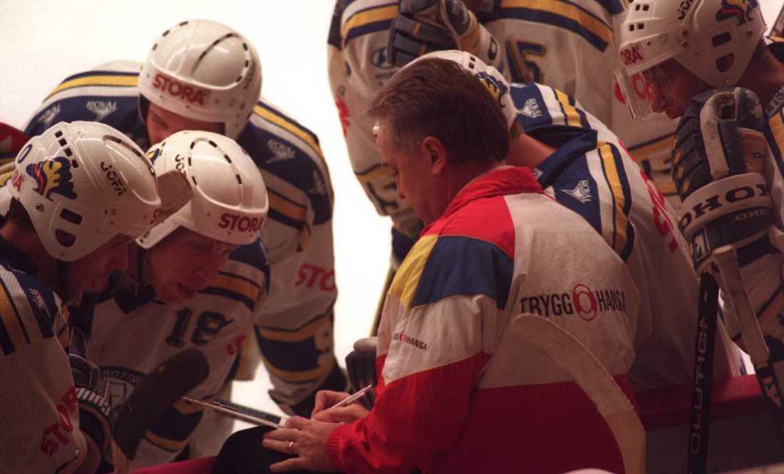 Wayne Fleming tränade Leksand 1995. Här ger han spelarna order under en timeout.