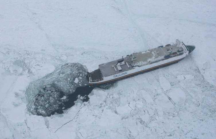 En av färjorna som fastnat i isen.