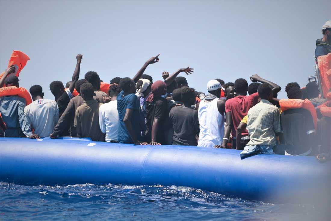 105 migranter i en gummiflotte undsattes på måndagen.