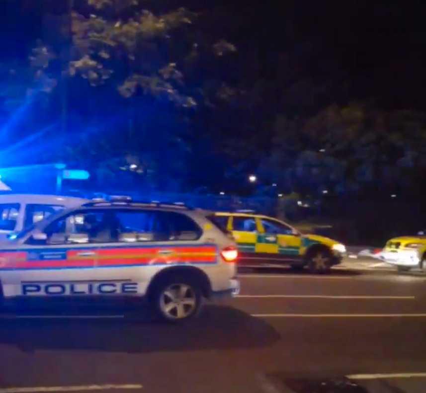 Polisen har utökat avspärrningarna vid torget.
