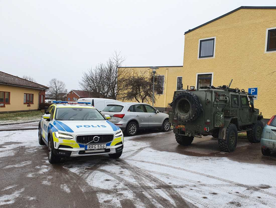 Polisen genomförde en teknisk undersökning av bilen och söker fortfarande efter bil nummer två.